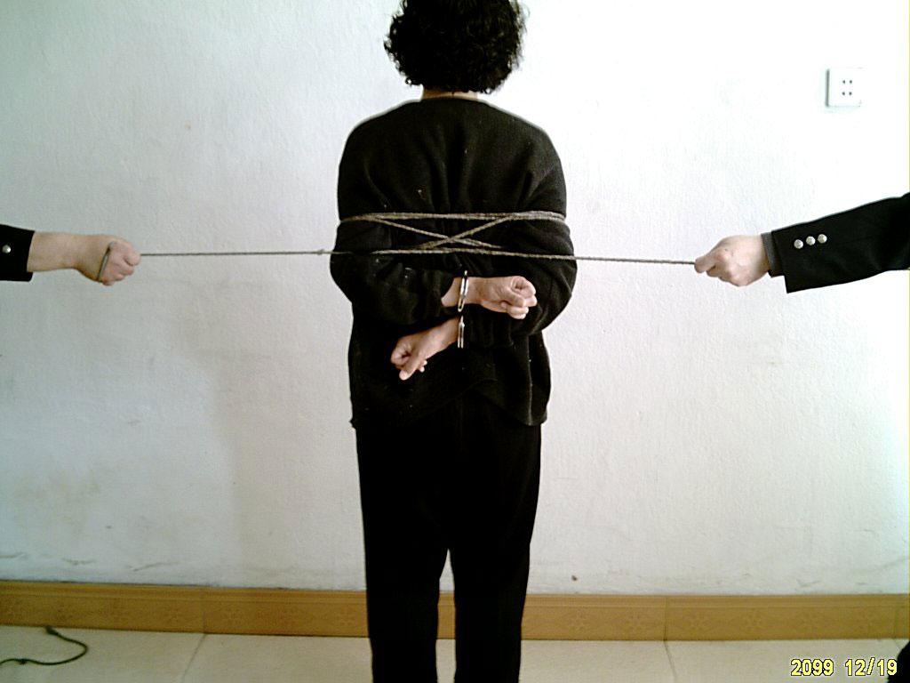 kvinner bundet med tau leo